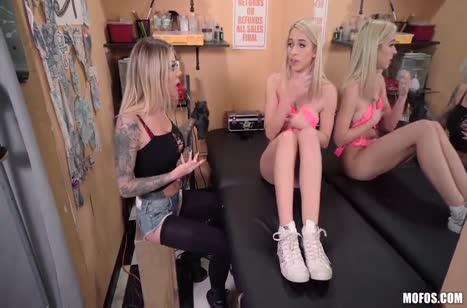 Татуированная девочка соблазнила блондинку на лесбо порно