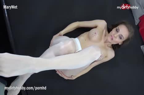 Домашнее порно с красивой Mary Wet в колготках
