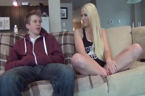 Парень отлизывает и трахает молодую блондинку