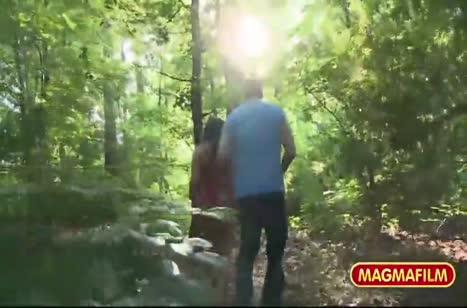 Телка завела парня в лес и устроила с ним любительскую оргию