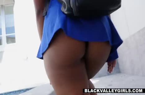 Настойчивая негритянка добралась до белого пениса