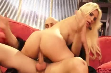 Блондинка Diamond Foxxx любит порно погрубее