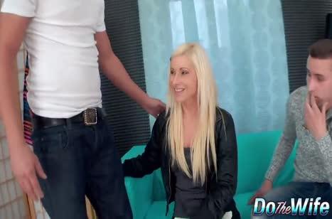 Блондинку трахают в анал на глазах мужа