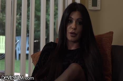 Nikki Capone с большими сиськами уболтали на секс