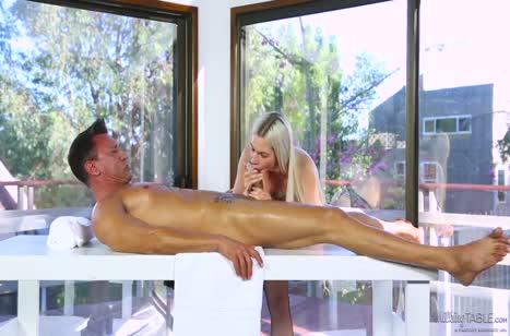 Деваха в секс наряде устроила мужику эротический массаж