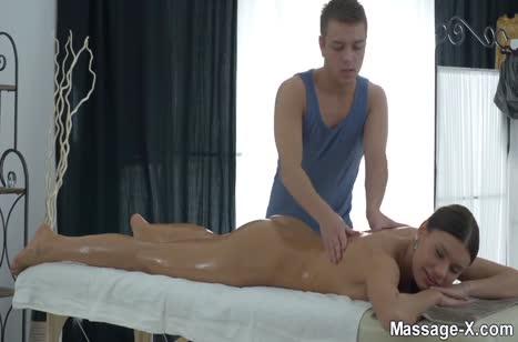 Kitana Lure с большой грудью стонет от секс массажа