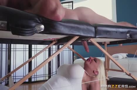 Перед дойками Nicolette Shea пациент не смог устоять