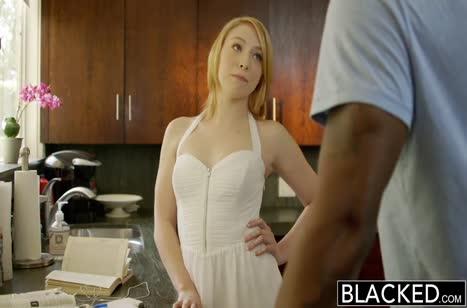 Милая блондинка отведала спермы африканца