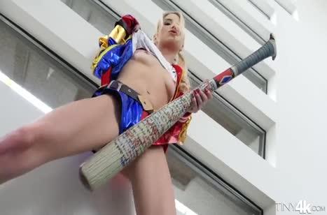 Развратная Piper Perri завлекает самца потрахаться