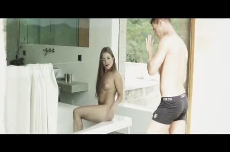 Alessandra Jane возбуждает бойфренда и кувыркается с ним