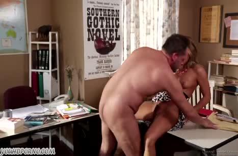 Carter Cruise трахается с бородатым в кабинете