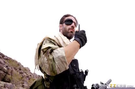 Солдат безжалостно приходует сочную Casey Calvert