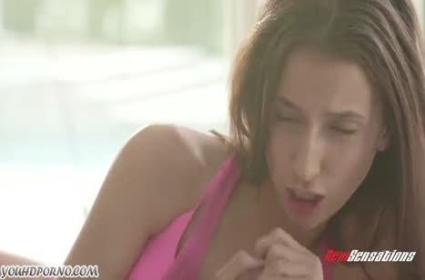 Бедной девушке не дает передохнуть здоровый хер