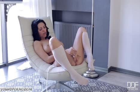 Kira Queen устроилась в кресле и начала мастурбировать