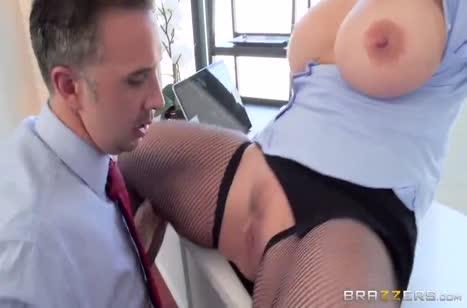 Ryan Conner с большими сиськами отодрали в кабинете