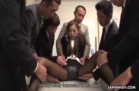 Пошлая азиатка не против потрахаться на работе