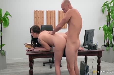Сучка с большой жопой устраивает разврат в офисе