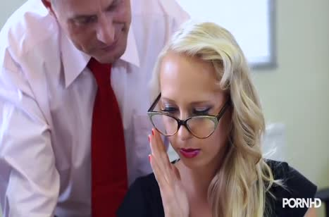 Грудастую блондинку раскрутили на групповуху в офисе