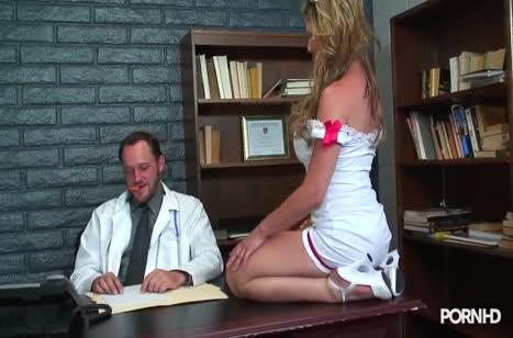 Докторша в секс наряде трахнулась с глав врачом