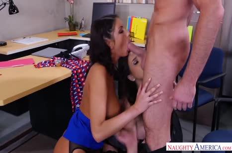 Две сисястые самки соблазняют директора своими буферами