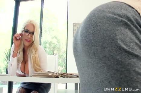Сочные блондинки занялись лесбийским сексом на работе