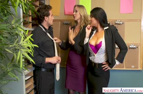 Две сучки с большими дойками соблазняют коллегу