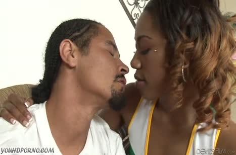 Красивая негритянка чирлидерша охотно соглашается на секс