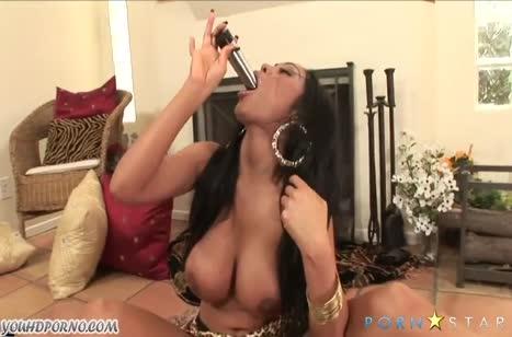 Соблазнительная Priya Rai показала умение мастурбировать
