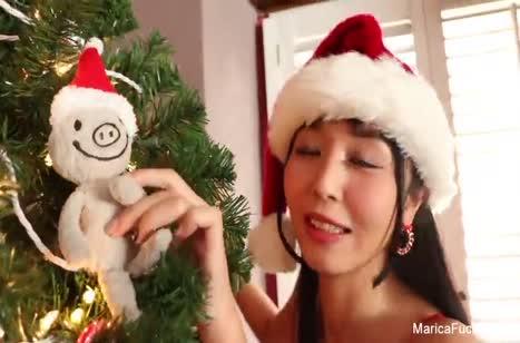 Азиаточка Marika Hase доставила себе новогодний оргазм