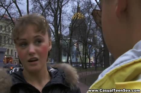 Парень выгулял красивую подружку и раскрутил ее на трах