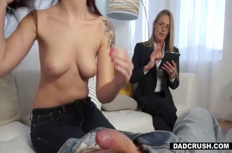 Скромная Scarlett Mae все же решилась на домашнее порно