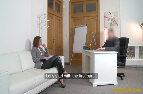 Чика в обтягивающих лосинах проходит порно кастинг