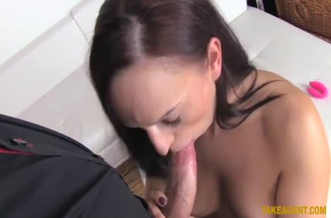 Чтобы устроиться на работу телка прошла порно кастинг