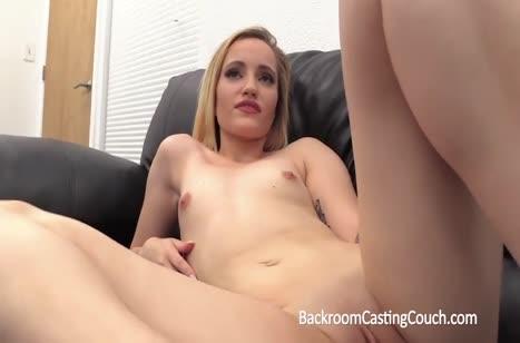 Красивая блондинка разделась и дело перешло к сексу