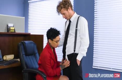 Кудрявая коллега Honey Gold замутила порно в офисе