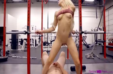 Игривую молодую блондинку Elsa Jean дрюкнули в спортзале