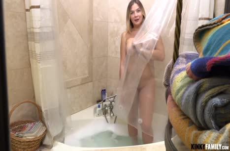 Пухленькая Blair Williams делает минет после ванной