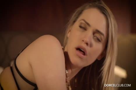 Mia Malkova в секс наряде умеет завести мужика