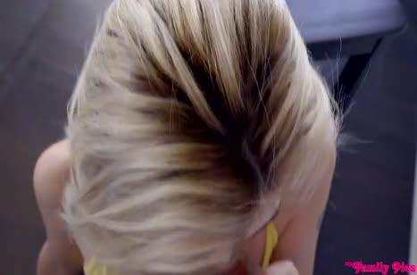 Пока никто не видит парень натягивает пошлую блондиночку
