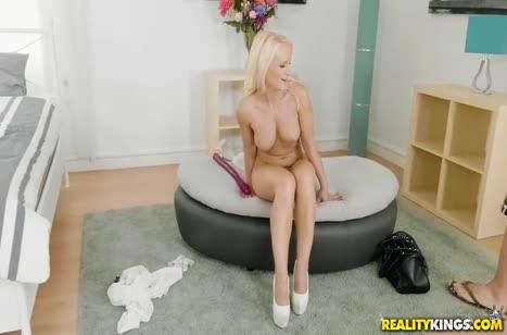 Игривая блондиночка смачно прыгает на члене ухажера