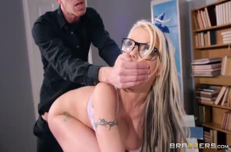 Пошлая Barbie Sins легко склеила препода на порно