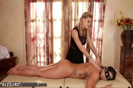 Сочные лесбиянки стонут от порно массажа