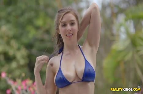 Деваха красуется на пляже и цепляет себе самца