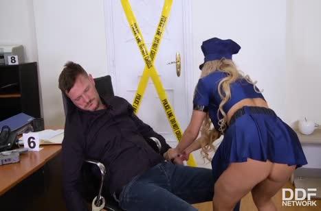 Полицейская Mia Linz устроила оргию с двумя сразу