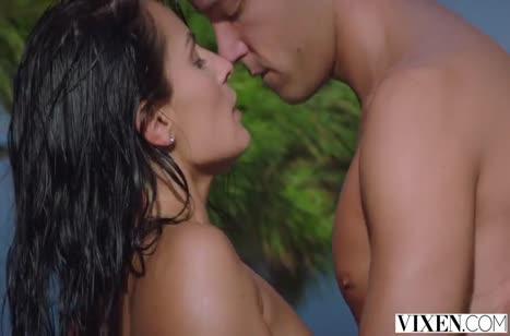 Красивая Lexi Dona романтично седлает кукан на природе