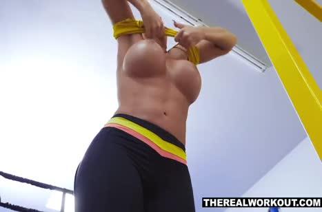 Шикарную спортсменку чувак смачно пялит на ринге