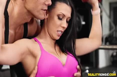 Роскошная секси спортсменка привлекла внимание качка