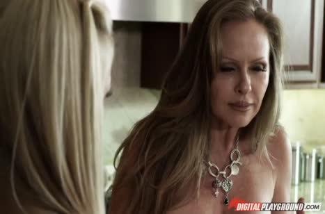 Опытная Lisa Ann седлает крепкого любовника