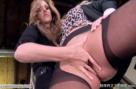 Julia Ann и Olivia Austin занялись лесбо сексом на работе