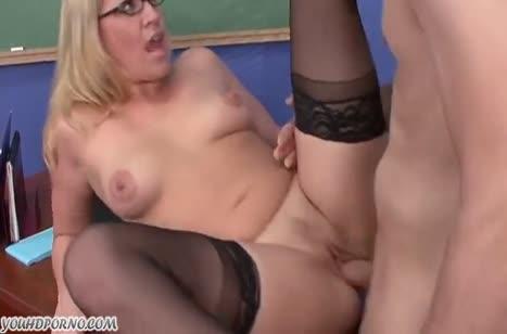 Блонди сосет пенис в офисе и шпилится рачком с коллегой